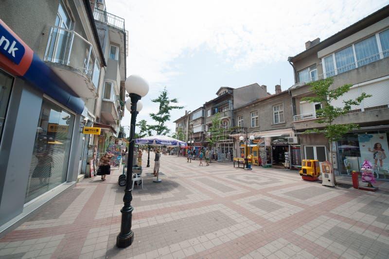 De belangrijkste het winkelen straat in Pomorie, Bulgarije stock afbeeldingen