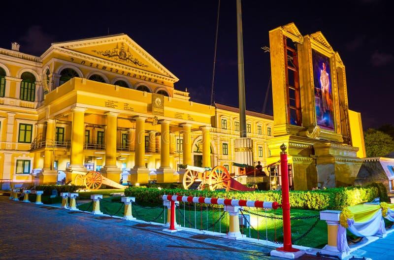 De belangrijkste ingang aan het Ministerie van Defensie in Bangkok, Thailand stock foto's