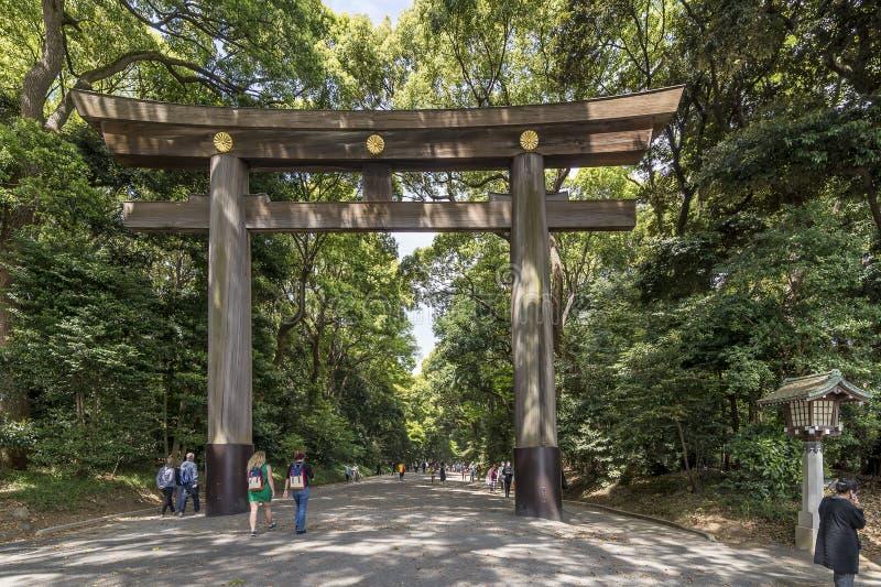 De belangrijkste ingang aan Meiji Shinto Shrine in Tokyo, Japan stock foto