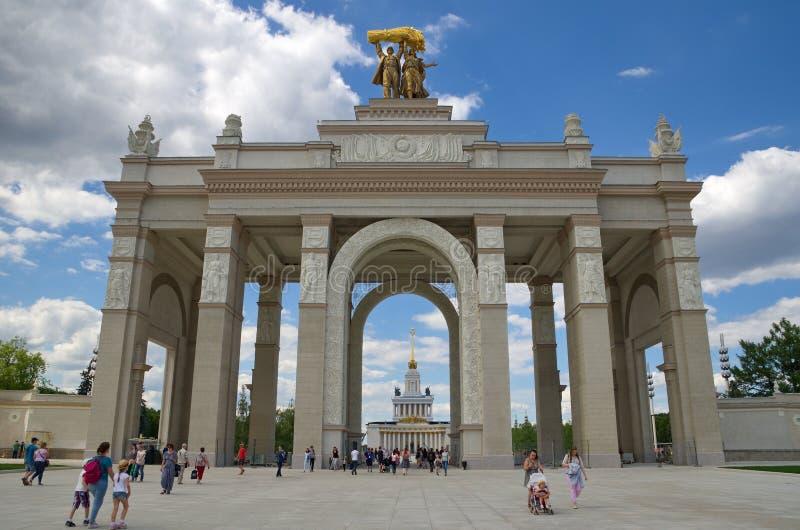 De belangrijkste ingang bij ENEA in Moskou, Rusland stock afbeeldingen