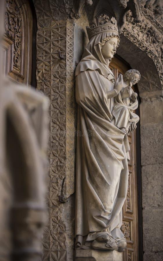 De belangrijkste ingangsdeur aan de kathedraal in Leon Santa Maria Cathedral van Leon bouwde op de ruïnes van een Roman bad voort stock afbeeldingen