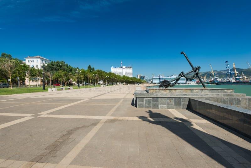 De belangrijkste kade van Admiraal Serebryakov de stad van Novorossiysk, Krasnodar Krai, Rusland Het stadslandschap wordt geschot royalty-vrije stock foto