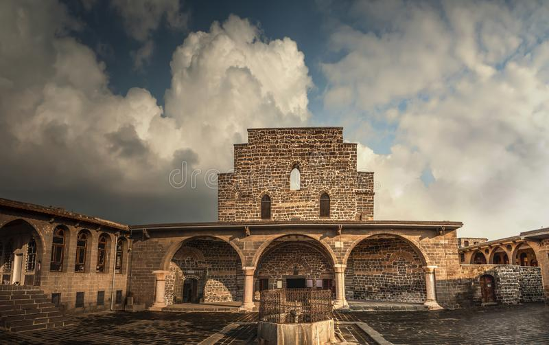 De belangrijkste kerk van Maagdelijke Mary van Diyarbakir, Turkije Vooraanzicht van historische kerken en wolken in hemel royalty-vrije stock afbeeldingen