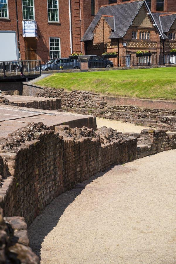 De belangrijkste Roman eigenschap is amphitheatre enkel buiten de muren die archeologisch onderzoek ondergaat stock foto