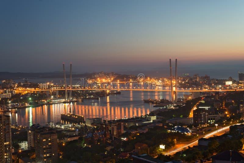 De belangrijkste stad van Primorsky-de stadshaven van Rossi van het gebied van Vladivostok De lichten van Vladivostok-nachtbrug o royalty-vrije stock afbeelding