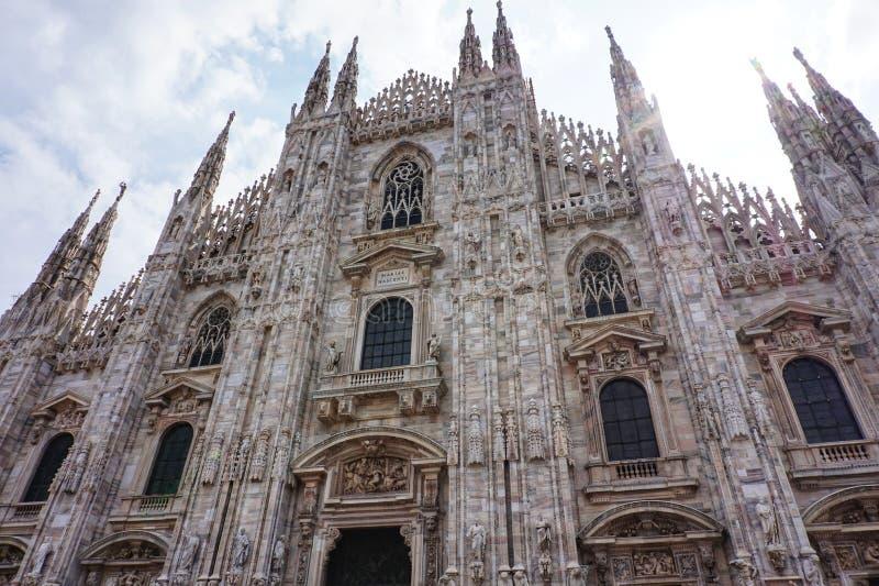 De belangrijkste voorgevel van de Kathedraal van Duomo in Piazza Duomo in Milaan royalty-vrije stock afbeeldingen