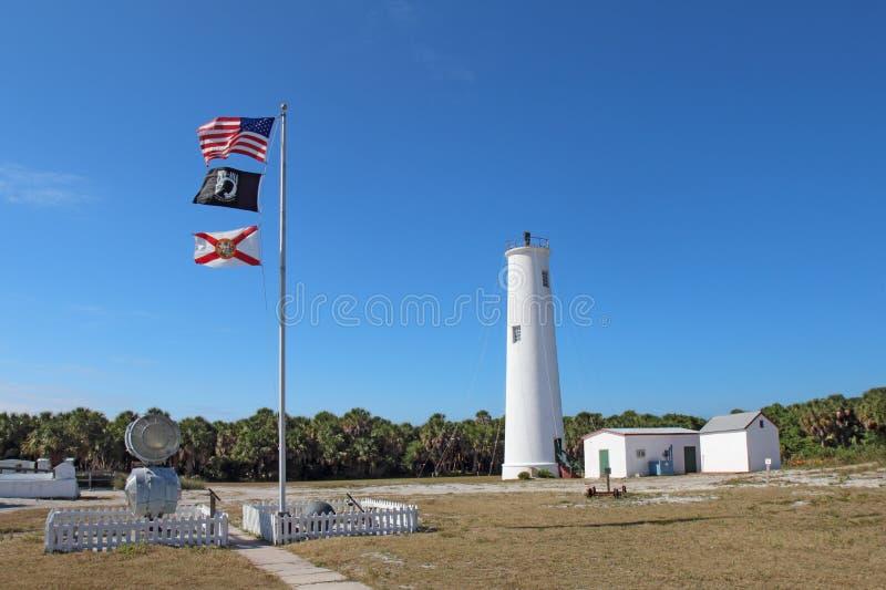 De belangrijkste vuurtoren Egmont en de vlaggen in de Baai van Tamper, Florida royalty-vrije stock foto