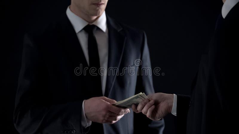 De belastingsambtenaar neemt dollarsbankbiljetten, goedkeurend steekpenning, informant die betaling ontvangen royalty-vrije stock afbeelding