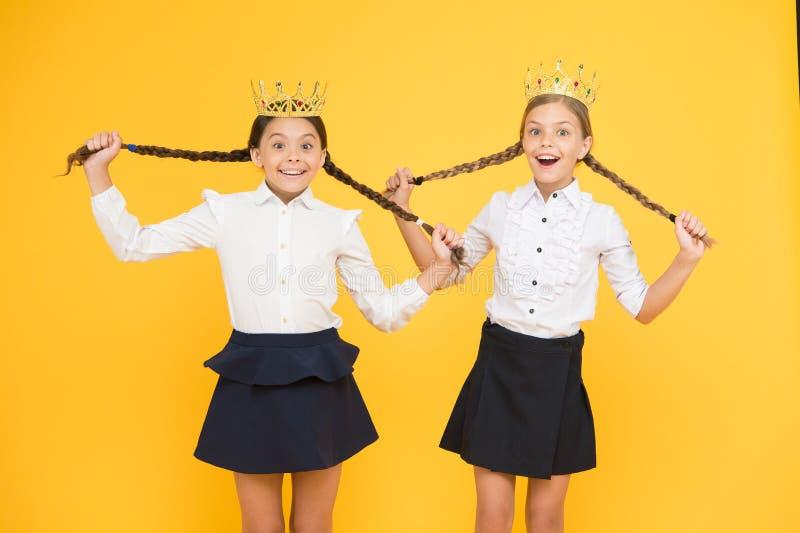 De beloning van de Promkoningin kinderjarentrots Onderwijssucces Terug naar School egoïstische kleine meisjesdroom over toekomst  stock foto