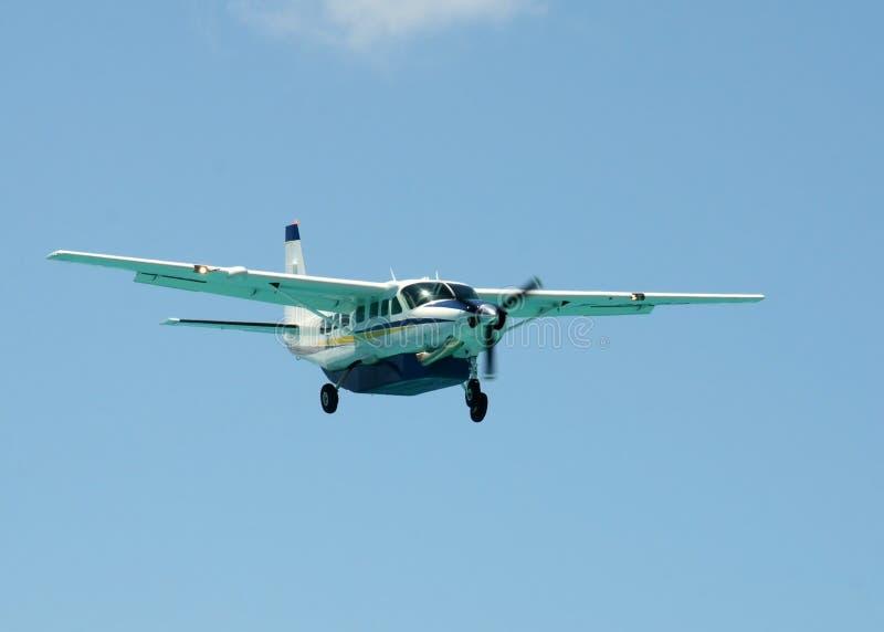 De benadering van het propellervliegtuig voor het landen stock foto's