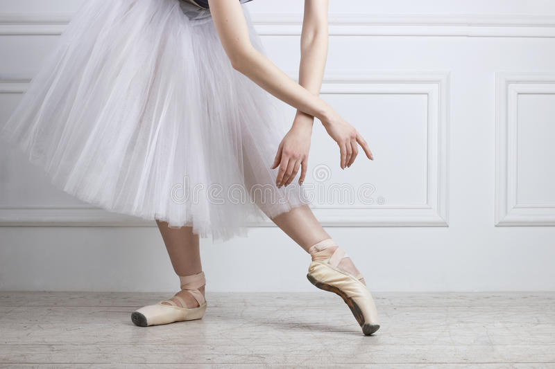 De benen van de close-upballetdanser ` s in pointes en handen stock afbeelding