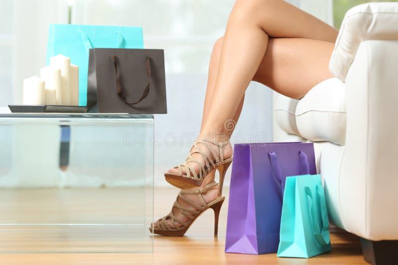 De benen van de manierklant met het winkelen zakken stock afbeelding