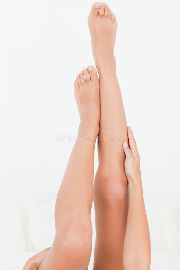 De benen van de vrouw die op hoogte worden opgeheven stock foto's