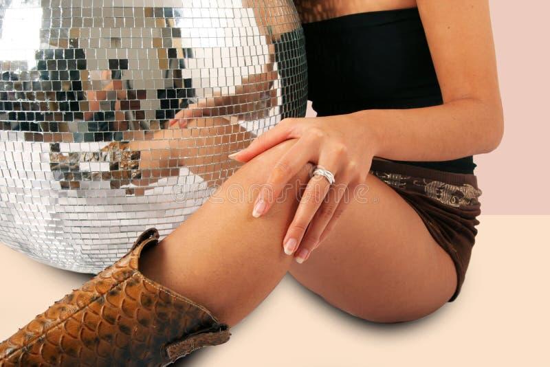 De benen van de vrouw en discoball stock afbeeldingen