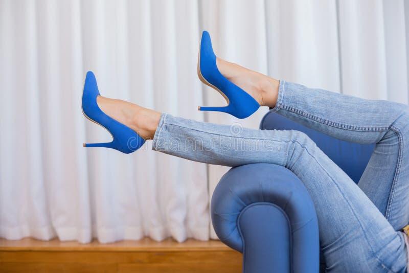 De benen van de vrouw in hoge hielen stock foto