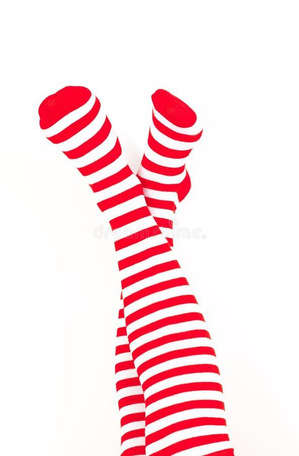 De benen van de vrouw in kleuren rode sokken royalty-vrije stock afbeelding