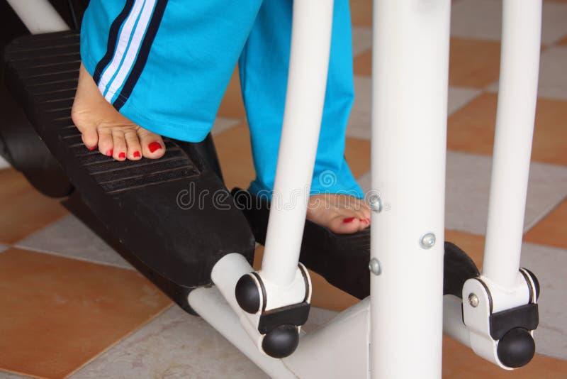 De benen van de vrouw `s op opleidingsapparaten stock fotografie