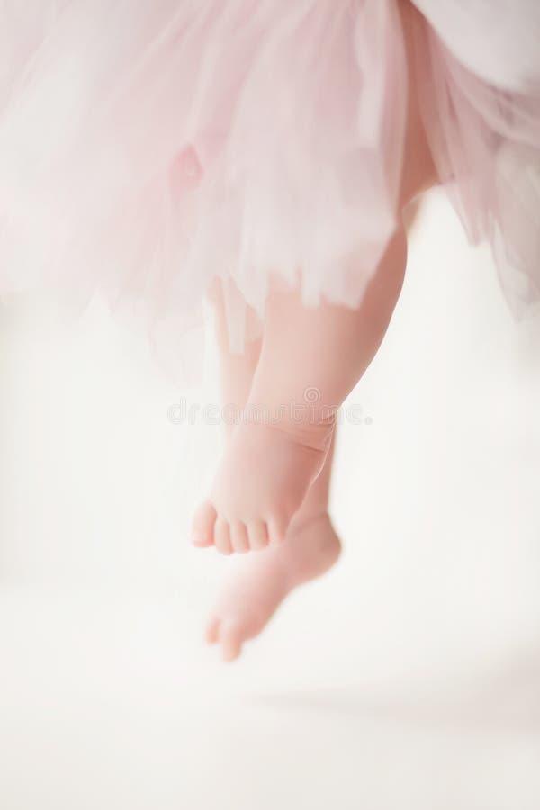 De benen van een klein meisje dansen als een ballerina stock afbeeldingen