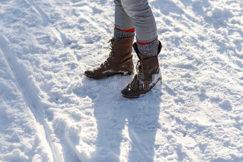 De Benen van het meisje in de Sneeuw stock foto