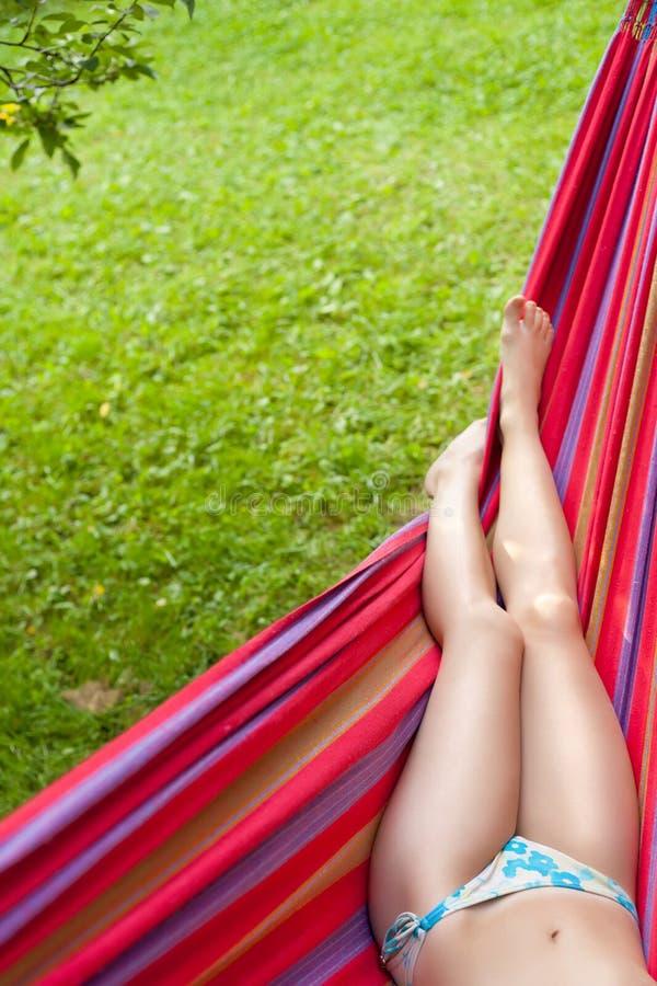De benen van het meisje in een hangmat royalty-vrije stock afbeeldingen