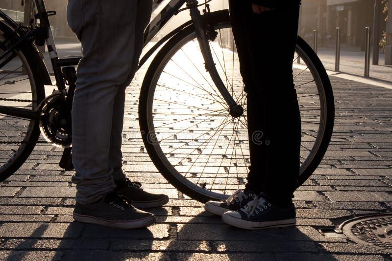De benen van jongelui koppelen face to face aan fiets royalty-vrije stock foto's