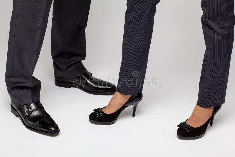 De benen van mannelijke en vrouwelijke businessperson royalty-vrije stock foto's