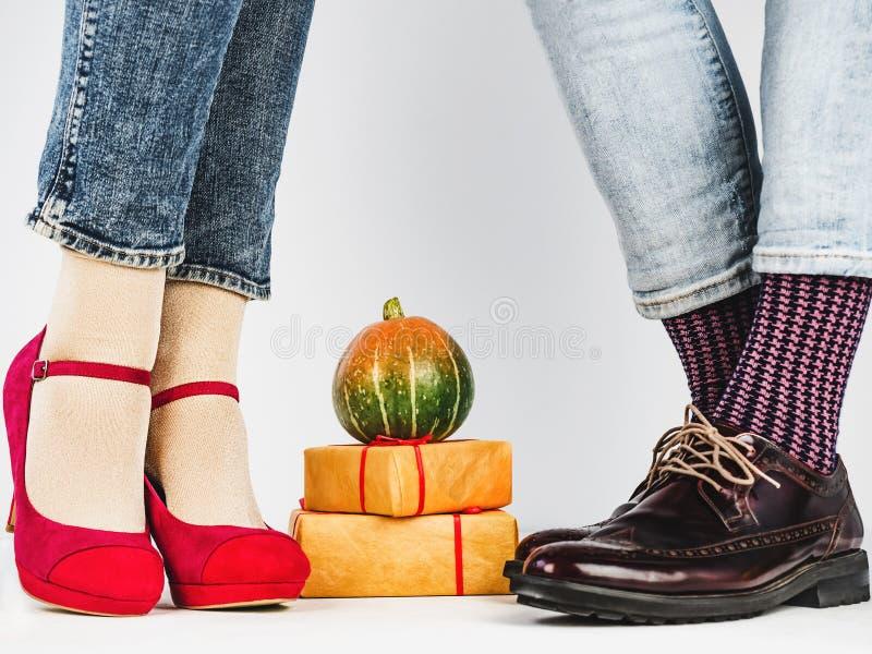De benen van mannen en van vrouwen, heldere sokken Close-up royalty-vrije stock afbeelding