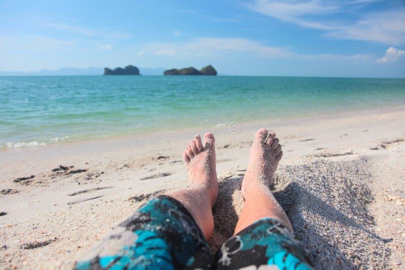 De benen van mensen op een strand stock foto's