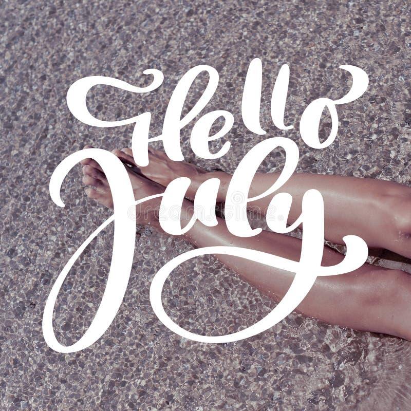 De benen van de vrouw op zand van strand Malplaatje voor sociaal netwerken instagram verhaal De hand getrokken tekst Hello Juli v stock foto's