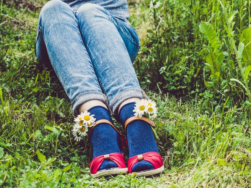 De benen van vrouwen, modieuze schoenen en heldere sokken royalty-vrije stock afbeeldingen