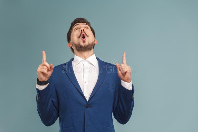 De benieuwd geweeste mens die vinger richten en bekijkt omhoog exemplaarruimte royalty-vrije stock foto