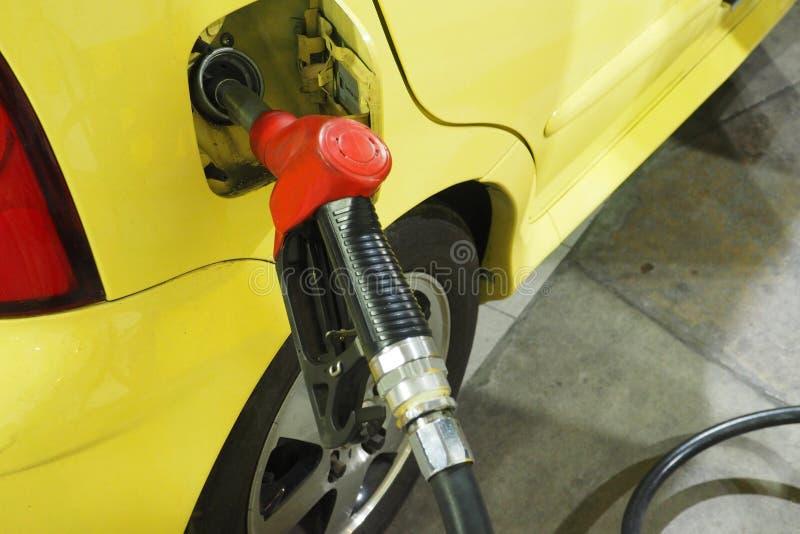 De Benzine van de pijpbrandstof het dienen binnen aan de kleine auto royalty-vrije stock fotografie