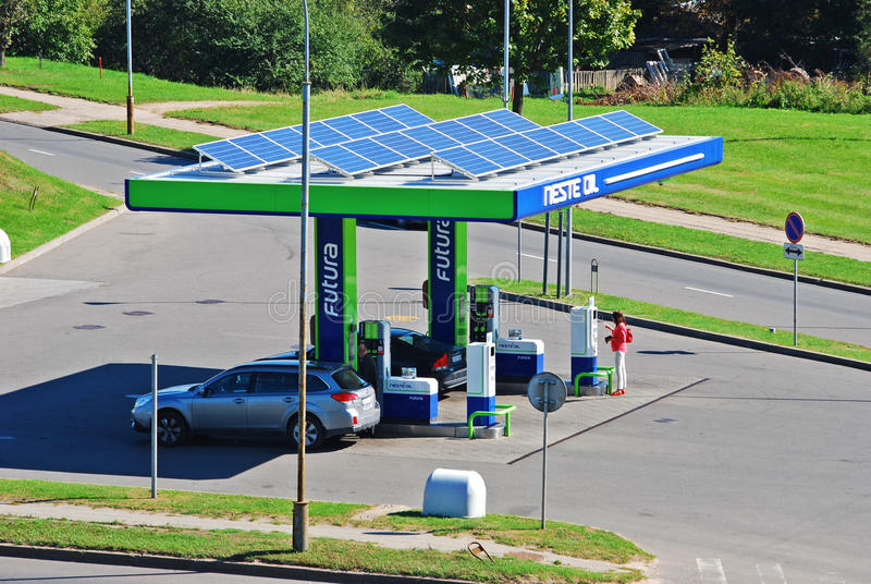 De benzinebedrijf die van de Nesteolie in Vilnius-stad werken stock foto