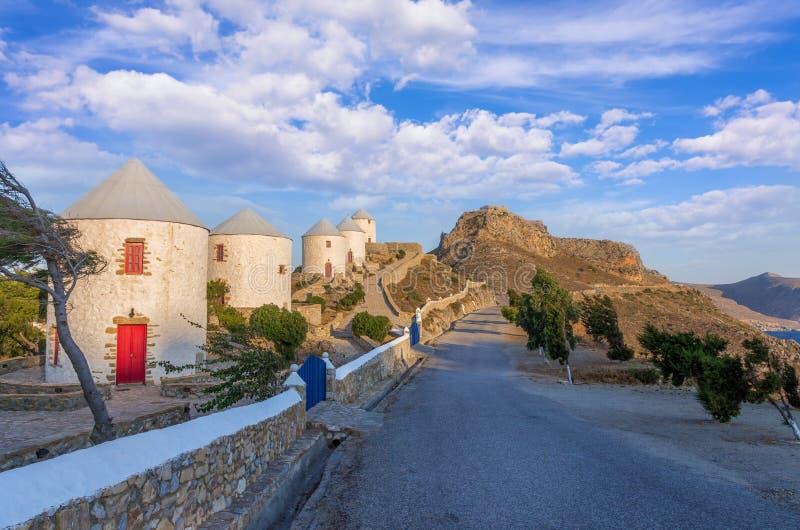 De berömda väderkvarnarna av den Leros ön, Grekland, tidigt på morgonen royaltyfria foton