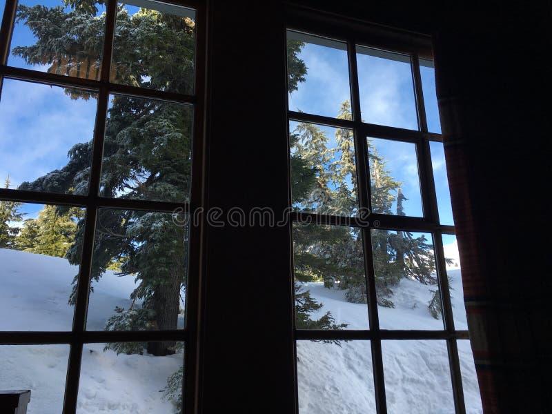 De berg brengt venster het staren onder royalty-vrije stock afbeeldingen