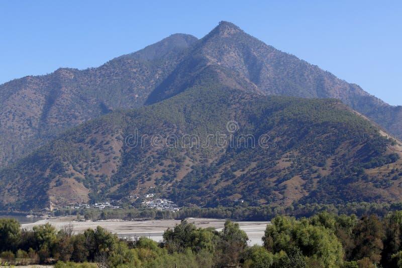 De berg die de Eerste Kromming van de Yangtze-Rivier in Shigu-dorp, Yunnan, China overheerst royalty-vrije stock afbeelding