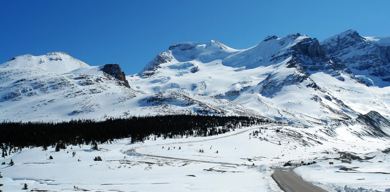 De berg en de weg van de sneeuw stock foto's