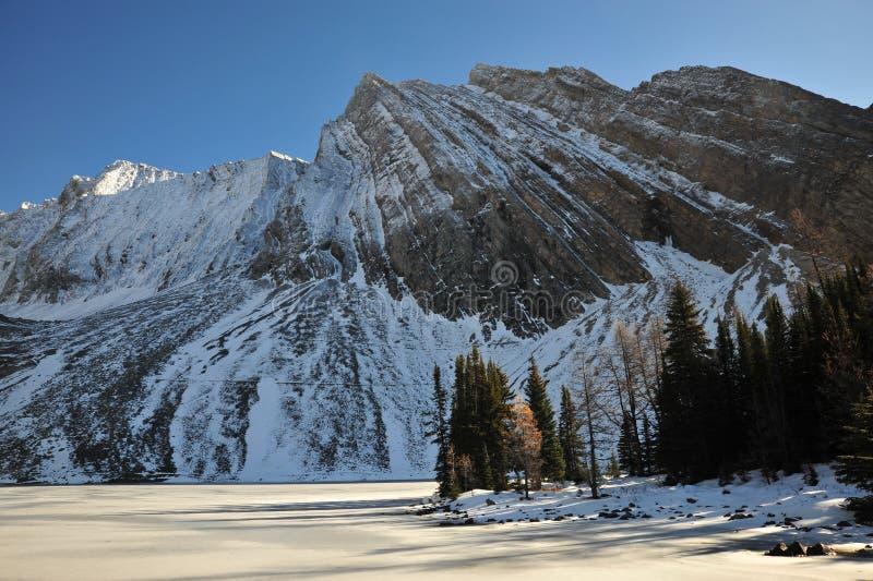 De berg en het meer van de sneeuw royalty-vrije stock afbeeldingen