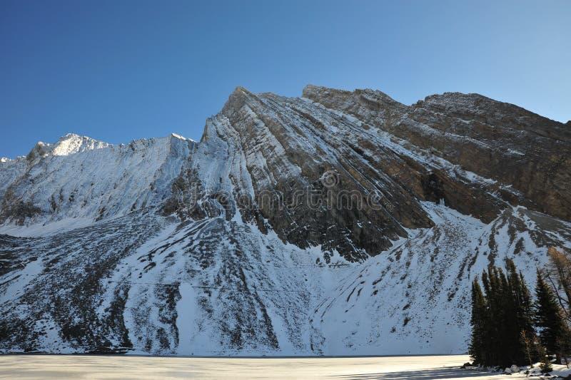 De berg en het meer van de sneeuw stock afbeeldingen