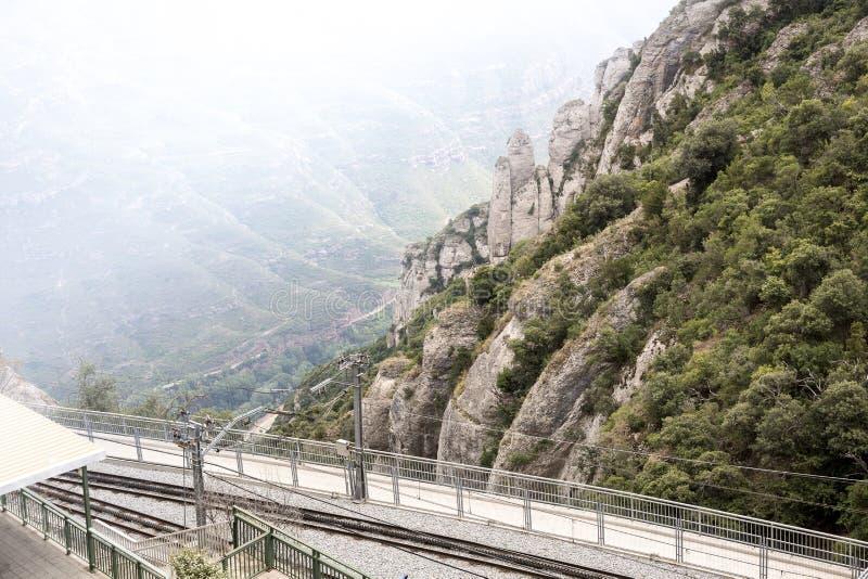 De berg en de spoorweg van Cremallera DE Montserrat leiden, Catalonië, Spanje op royalty-vrije stock fotografie