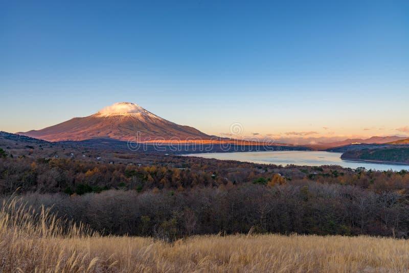 De berg Fuji met sneeuw behandelt de piek en het meer Yamanakako stock fotografie