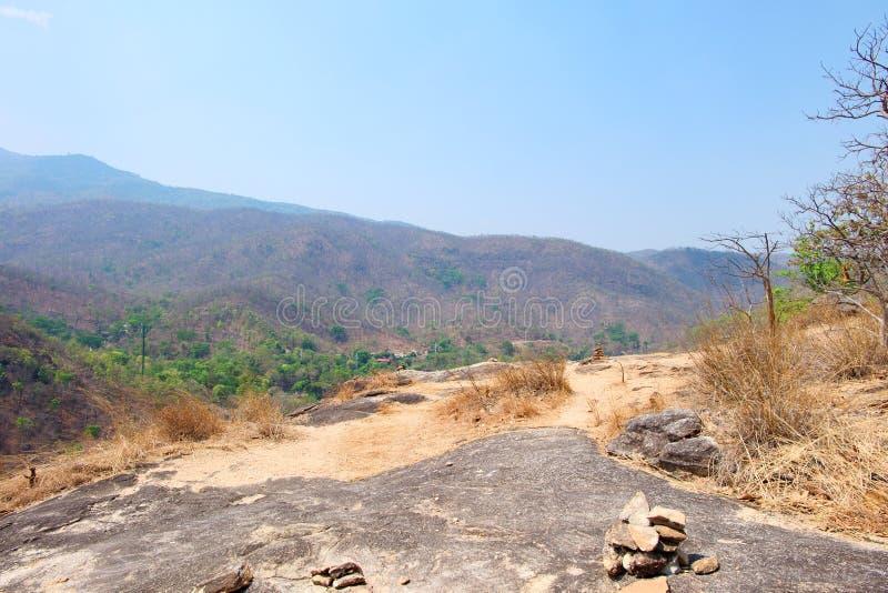 De berg of de klip heeft zand en rots met blauwe hemel bij Op Luang Nationaal Heet Park, Chiang Mai, Thailand Heet weer en dor stock afbeeldingen