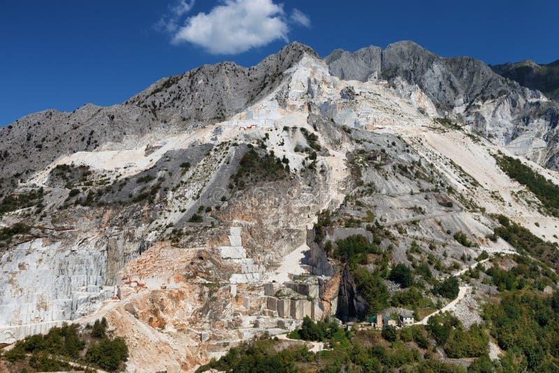 De berg van Carrara en marmeren steenkuil, Toscanië, Italië stock afbeelding