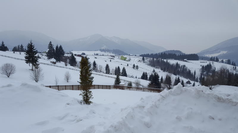 De berg van de de wintersneeuw stock afbeelding