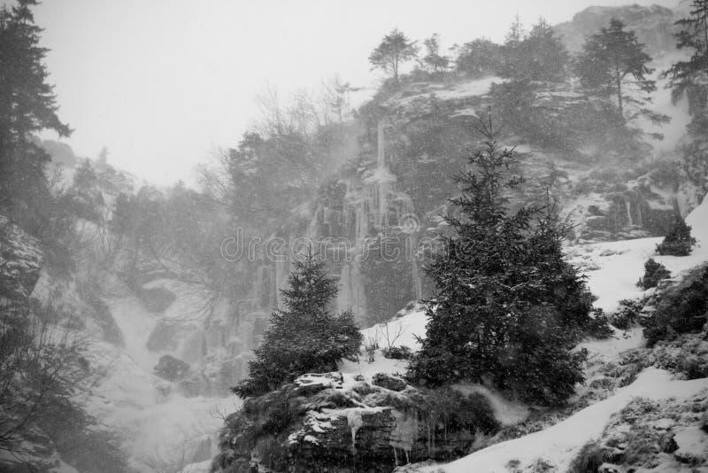De berg van de sneeuw royalty-vrije stock afbeeldingen