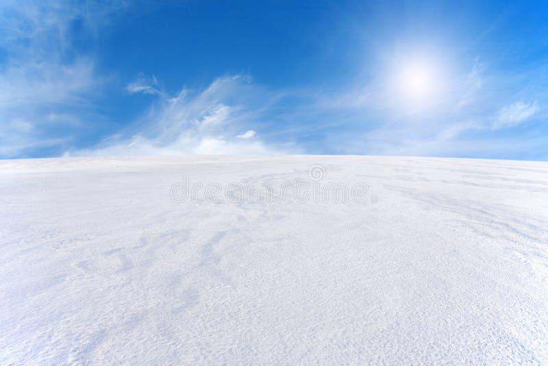 De berg van de sneeuw en blauwe hemel stock afbeeldingen