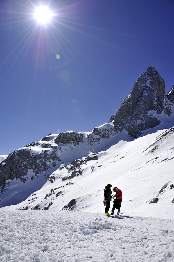 De berg van de sneeuw met zonnige hemel royalty-vrije stock afbeeldingen