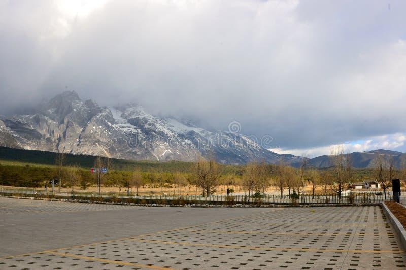 De berg van de Yulongsneeuw royalty-vrije stock foto's