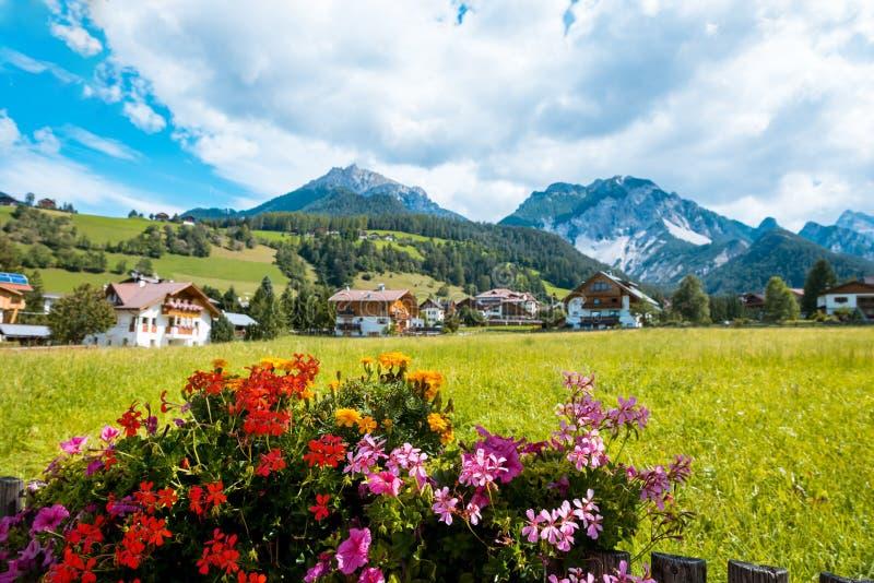 De berg van dorpsval gardena south tirol dolomiten royalty-vrije stock afbeelding