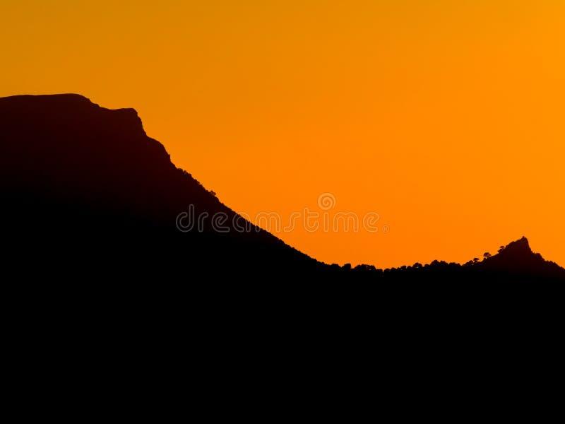 De Berg van het Backlightsilhouet royalty-vrije stock fotografie